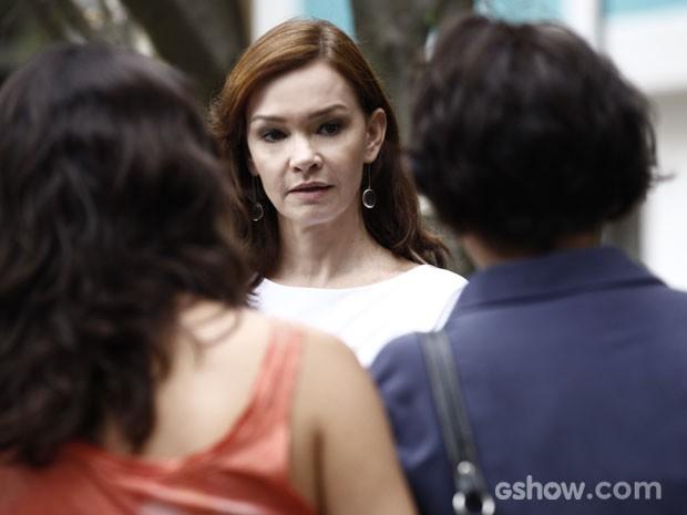 Olha só o susto que ela leva ao saber que o primo veio para ficar (Foto: Inácio Moraes/TV Globo)