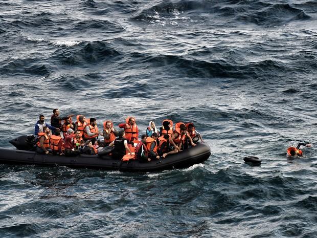 Refugiados e imigrantes tentar chegar à ilha grega de Lesbos após atravessar o Mar Egeu a partir da costa da Turquia. Um número recorde de pelo menos 430 mil refugiados e migrantes chegaram à Europa este ano (Foto: Aris Messinis/AFP)