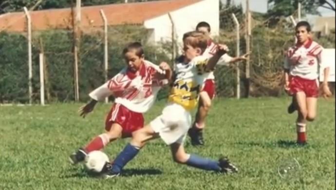 Paulo Victor, goleiro do Flamengo, atuando na linha na infância  (Foto: Reprodução/ TV TEM)