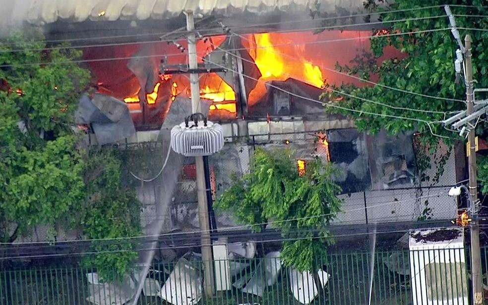 Chamas destruíram unidade na Penha (Foto: Reprodução/TV Globo)