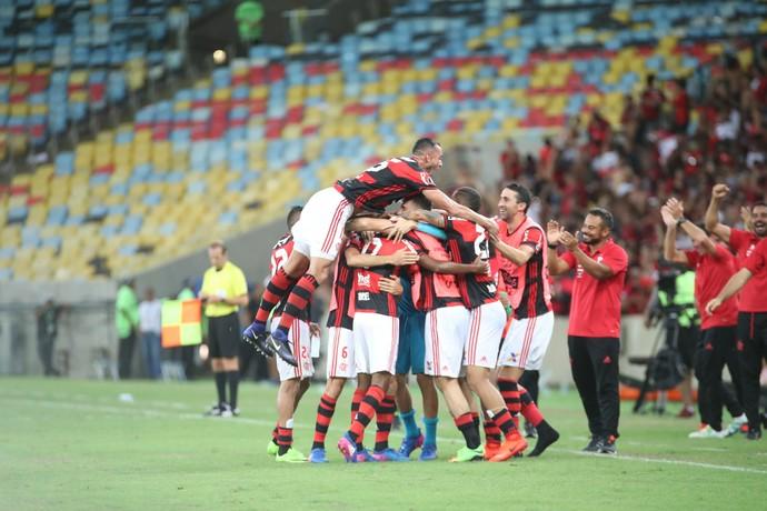 Jogadores abraçam Gabriel em gol - Flamengo x San Lorenzo (Foto: divulgação)