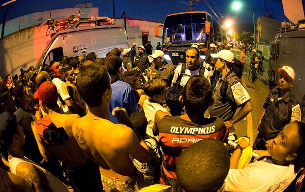 torcida Flamengo ônibus confusão  (Foto: Rudy Trindade / Ag. Estado)