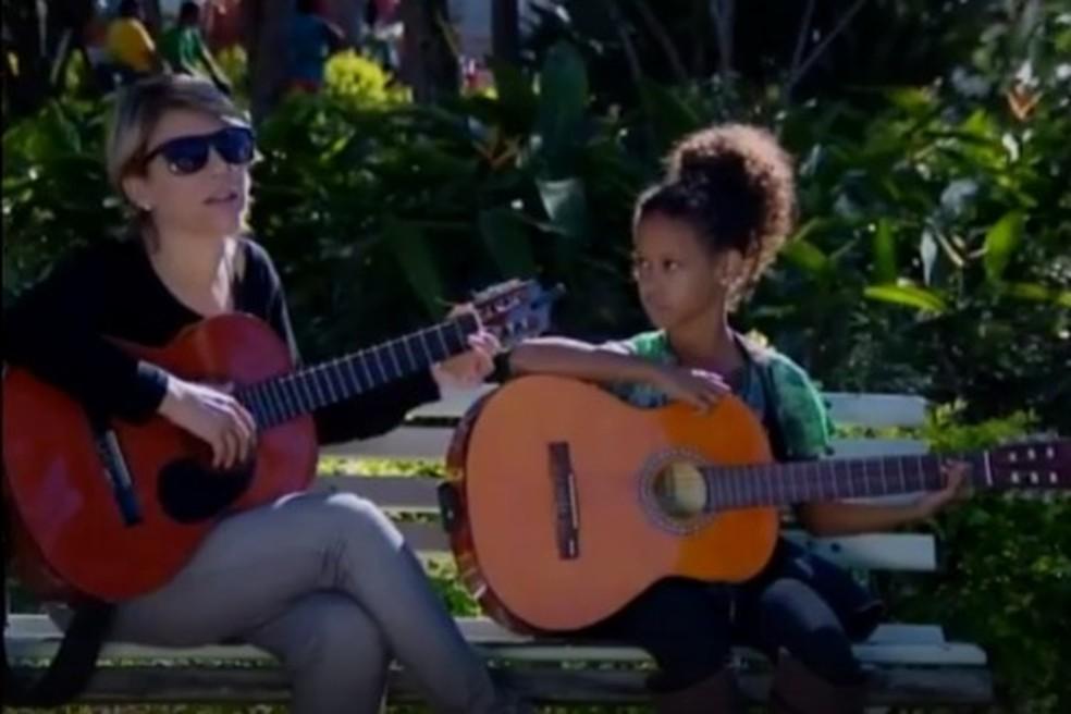 Vitória Vargas, aluna de Fabrícia, contou que cada está ficando melhor no canto e no violão (Foto: Reprodução/TV Integração)