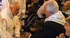 Papa lava pés de fiéis deficientes em Roma (Alberto Pizzoli / AFP)