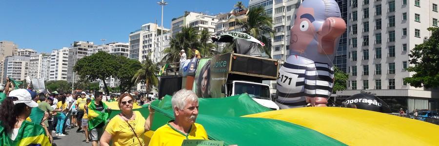 Pixuleco: manifestantes inflaram boneco gigante do ex-presidente Lula e estenderam bandeira na praia da Copacabana (Foto: Hudson Correa/ÉPOCA)