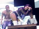 De shortinho, Anitta sensualiza com Nego do Borel em show no Rio