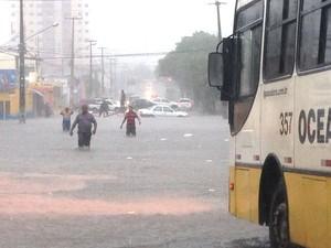 Chuvas alagam ruas e causam transtornos em Natal (Foto: Cinthya Nayara Oliveira e Freire)