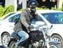 Incomodado com o assédio, Keanu Reeves faz gesto obsceno