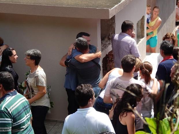 O sepultamento ocorreu no Cemitério da Linha Fernando Machado (Foto: Laion Espíndula/G1)