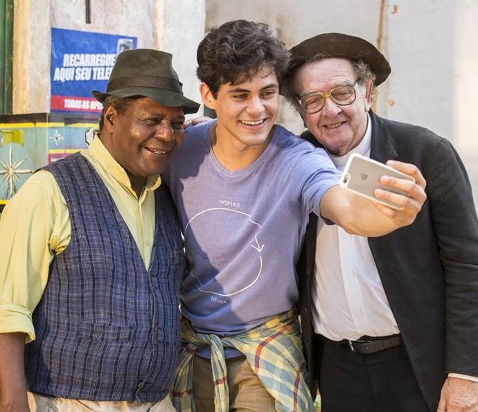 Gesio Amadeu e Umberto Magnani fazem selfie com Lucas Veloso (Foto: Felipe Monteiro/ Gshow)