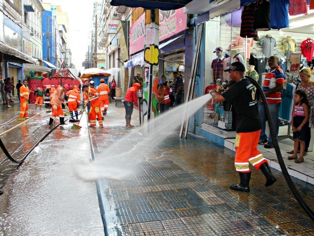 Limpeza rua Marechal Deodoro em Manaus (Foto: Adneison Severiano G1/AM)