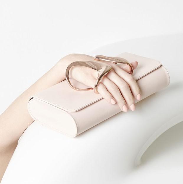 Marca francesa lança clutche com design de Zaha Hadid (Foto: Divulgação)