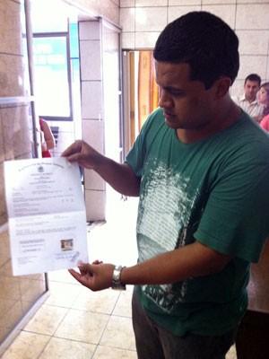 Pai de gêmeos mortos em hospital de São Gonçalo mostra atestado de óbito (Foto: Rodrigo Vianna/G1)