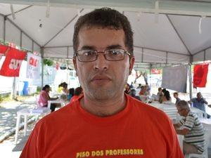"""Os professores sabem que há verba para pagar o piso para todos"", afirma Roberto (Foto: Marina Fontenele/G1 SE)"
