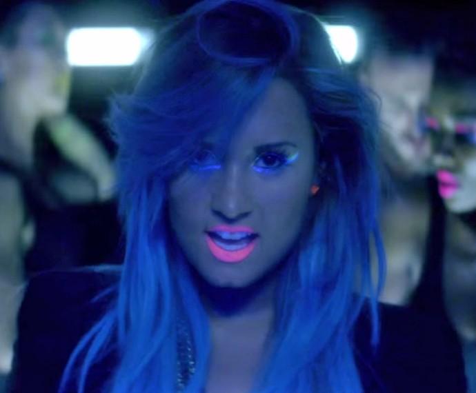 Demi quebra tudo em 'Neon Lights' (Foto: Reprodução)