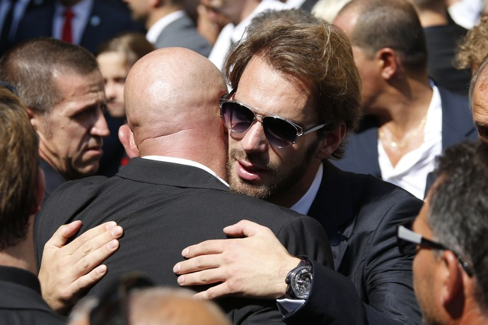Jean-Eric Vergne abraça Philippe Bianchi, pai de Jules Bianchi em velório (Foto: AFP)