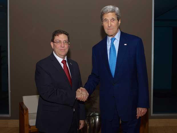 Secretário de Estado dos EUA, John Kerry, cumprimenta o ministro das Relações Exteriores de Cuba, Bruno Rodriguez, na Cidade do Panamá. (Foto: Departamento de Estado dos EUA / via Reuters)