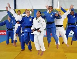 Maria Portela (terceira da direita para a esquerda) fica escondida na foto da seleção brasileira
