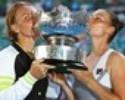 Zvonareva e Kuznetsova levantam o troféu do Australian Open nas duplas
