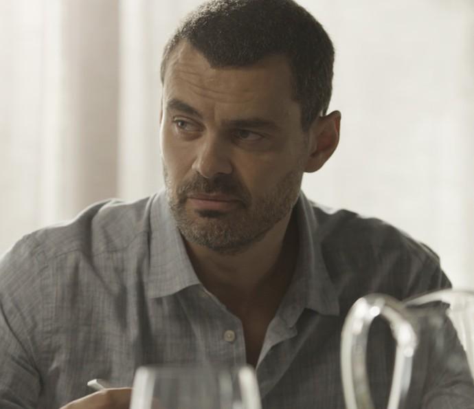 César confessa a Gisela que ainda está apegado ao passado do casal (Foto: TV Globo)