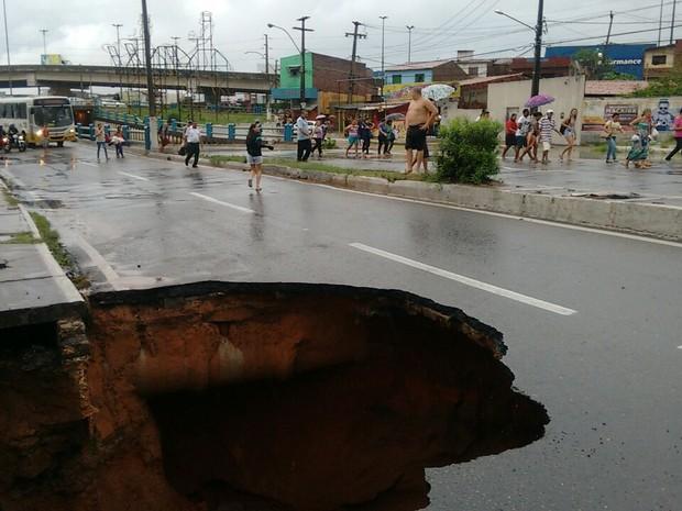 Cratera se abriu no início da avenida João Medeiros Filho, Zona Norte de Natal. (Foto: Divulgação)