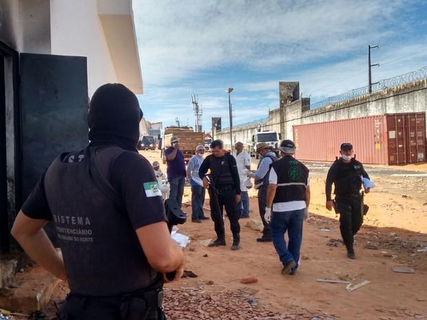Varredura no presídio de Alcaçuz, onde é construído um muro de contêineres neste sábado (21) para separar facções criminosas (Foto: Sejuc/Divulgação)