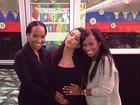 Grávida, Kim Kardashian recebe o carinho de amigas e da família