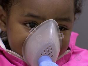 Criança resfriada em Juiz de Fora (Foto: Reprodução/TV Integração)