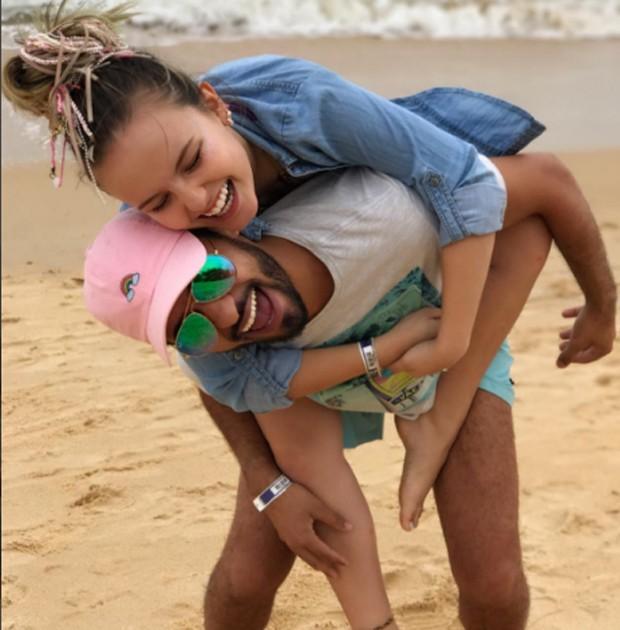 Larissa Manoela e Ramon Amorim se divertem em praia do litoral baiano (Foto: Reprodução/Instagram)
