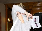 Miley Cyrus faz visita de urgência a médico e evita fotos