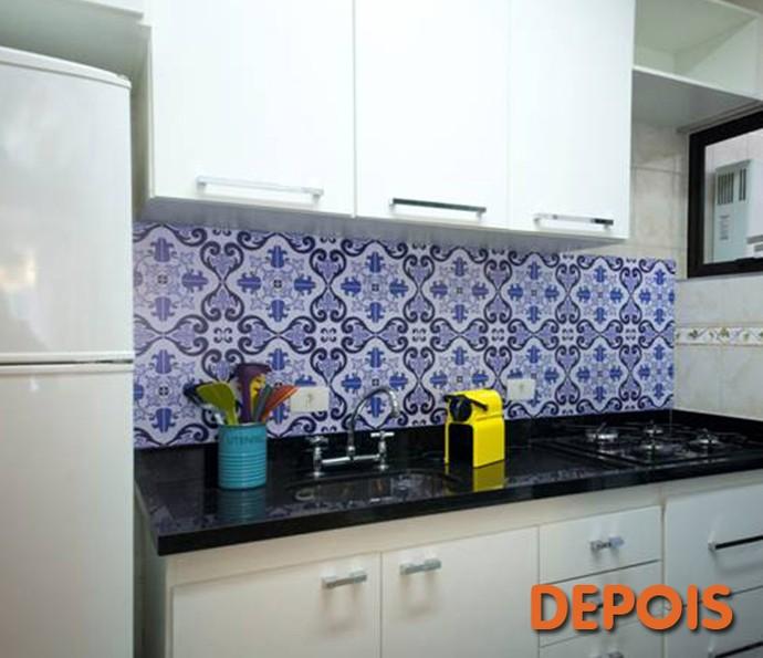 Depois: papel de parede e tampo com cooktop modernizou a cozinha (Foto: Divulgação)