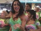 De vestidinho curto e decotado, Gracyanne Barbosa cai no samba