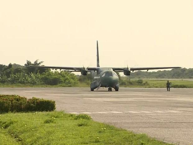 Avião da FAB chegou na manhã desta terça em Manaus (Foto: Reprodução/Rede Amazônica)