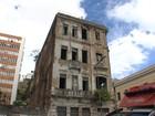 Parte de fachada de prédio antigo cai e deixa 2 pessoas feridas em Salvador
