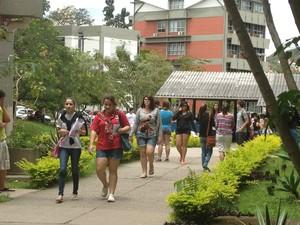 Alunos chegam para fazer prova do Enem na UFSC, em Florianópolis (Foto: Daniela Walzburiech/G1)