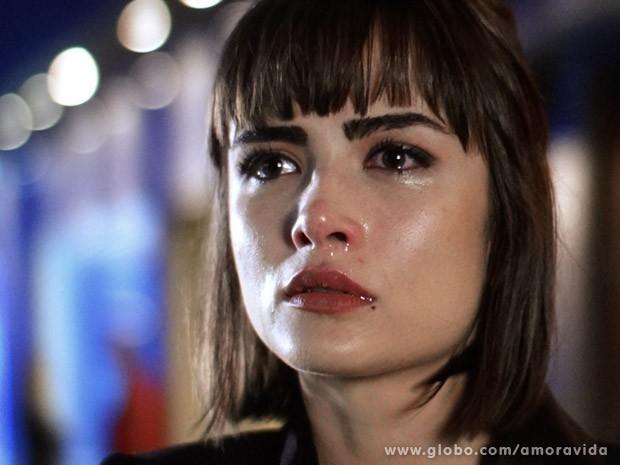 Patrícia chora, arrasada (Foto: Amor à Vida / TV Globo)