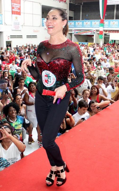 Christiane Torloni - a nova rainha de bateria da escola com seu indefectível leque (Foto: Rodrigo dos Anjos / AgNews)