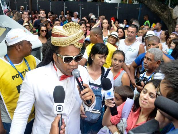 65c59e3d17 Carlinhos Brown é envolvido pelo público no Circuito Osmar (Foto  Diogo  Macedo Ag