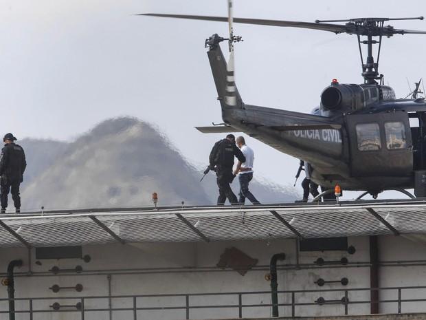 Fernandinho Beira-Mar chega de helicóptero ao fórum (Foto: SEVERINO SILVA/AGÊNCIA O DIA/ESTADÃO CONTEÚDO)