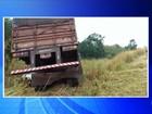 Caminhão bate em barranco após motorista perder controle do veículo