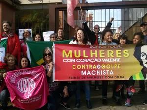 Mulheteres manifestam apoio à presidente Dilma, em Porto Alegre  (Foto: Juliano Posada Chimenes/RBSTV)