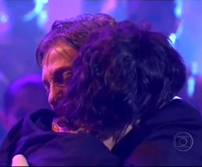 Fábio Jr. abraça Fiuk depois de se emocionar com homenagem do filho (Foto: TV Globo)