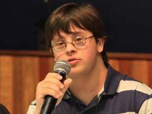 Jovem com Síndrome de Down em Fórum sobre a deficiência (Foto: Ricardo Lima)