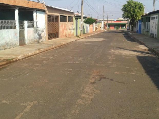 Uma das vítima correu para pedir socorro e caiu no asfalto (Foto: Osvaldo Nóbrega/ TV Morena)