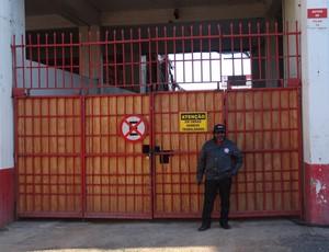 Segurança Inter portões fechados Beira-Rio (Foto: Tomás Hammes / GLOBOESPORTE.COM)
