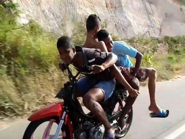 Jovens parecem não se importar com o perigo e se divertem em alta velocidade  (Foto: Carlos Antônio de França/VC no G1 SE)