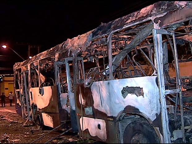 Suspeitos incendeiam ônibus em protesto por morte de comparsa, diz PM (Foto: Reprodução/TV Integração)