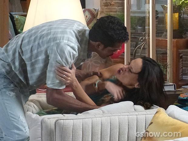Jairo quase agride Juliana na discussão (Foto: Em Família/TV Globo)