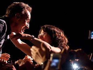 Bruce Springsteen se dirige a uma fã em seu show em São Paulo na noite desta quarta-feira (18) (Foto: Caio Kenji/G1)