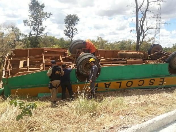 Acidente aconteceu no trevo que dá acesso a cidade de Claro dos Poções (MG). (Foto: Nicole Melhado / G1)